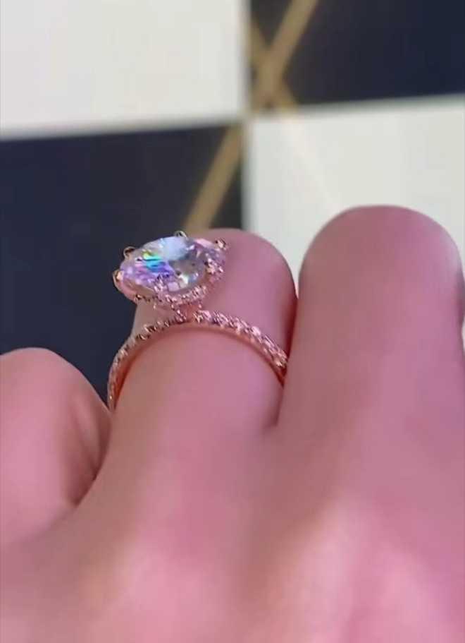 Hot girl Sam khoe được cầu hôn bằng nhẫn kim cương