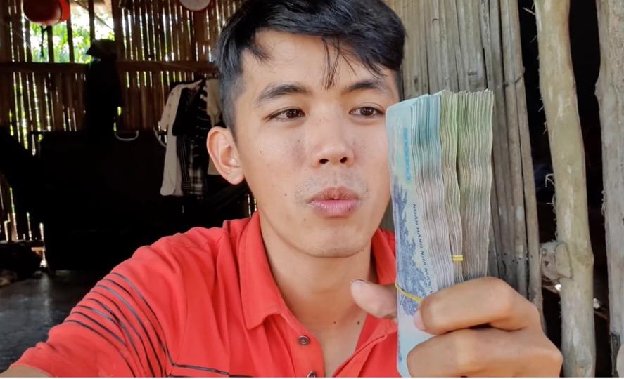 """Vừa nhận xấp tiền từ YouTube, """"YouTuber nghèo nhất VN"""" nói lời tạm biệt cộng đồng mạng"""