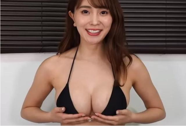 """Tò mò vòng một """"nặng"""" tới đâu, nữ YouTuber làm thử thách tự cân một bên ngực của mình"""