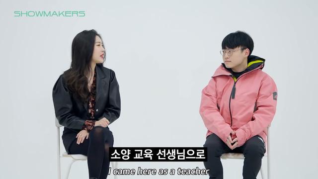"""ShowMaker """"số hưởng"""": Được fan-girl nóng bỏng bậc nhất Kpop gặp mặt riêng, trông bẽn lẽn trước gái xinh thấy mà… thương"""