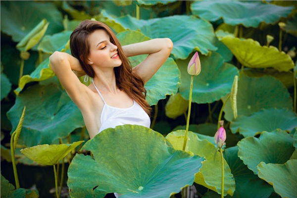 Người mẫu Ukraine mặc yếm bên sen: Kỷ lục kiếm hơn 400 triệu/buổi chụp khi ở VN