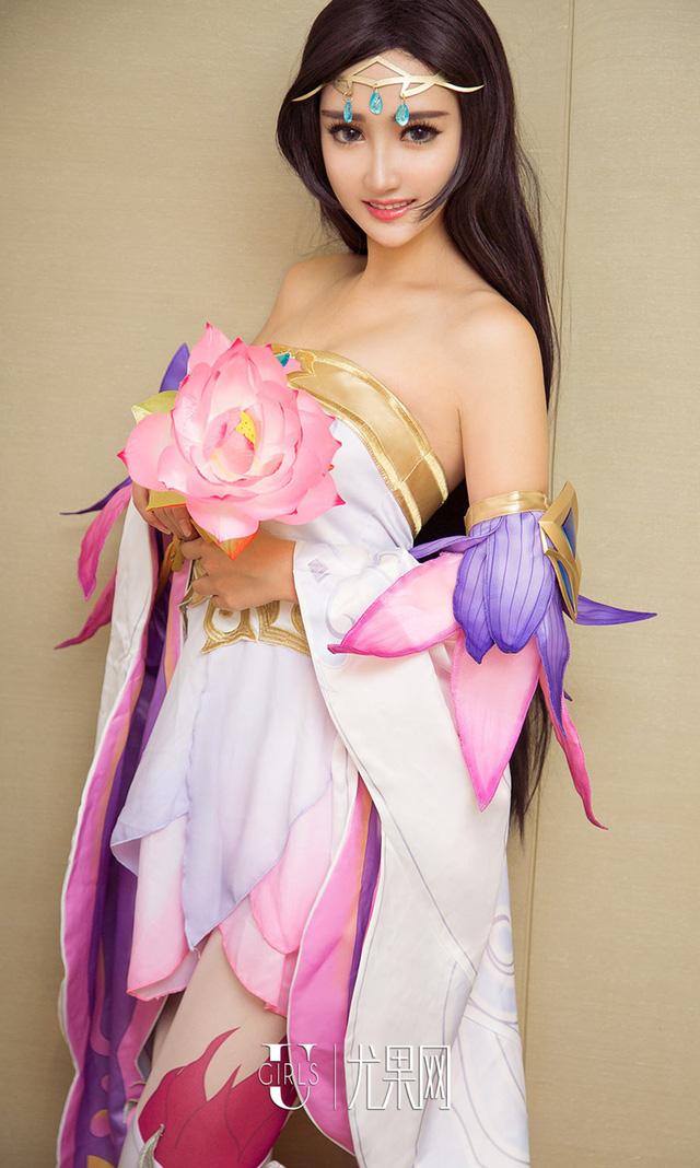 """Thư giãn cuối tuần với bộ cosplay """"nóng chảy mỡ"""" của Zi Shu Luo"""