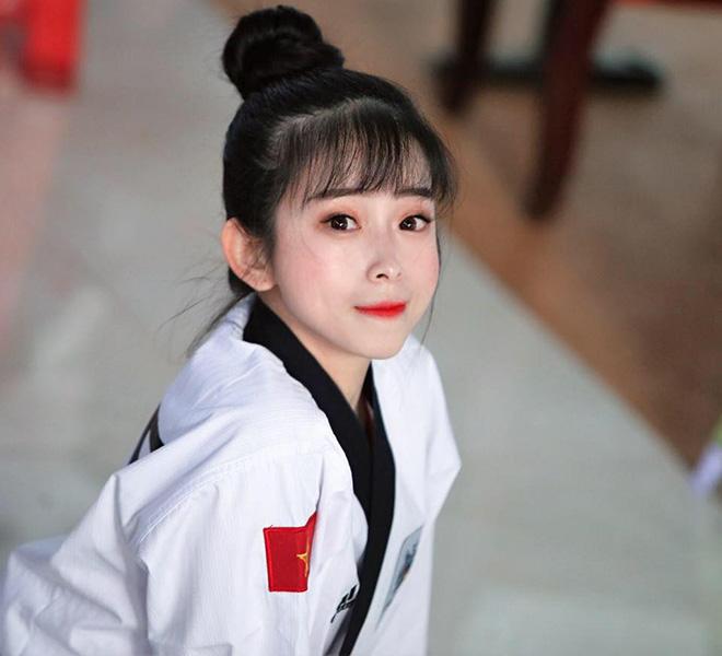 Hot girl Châu Tuyết Vân xoạc chân như cánh cung khiến fan Yoga cũng nể