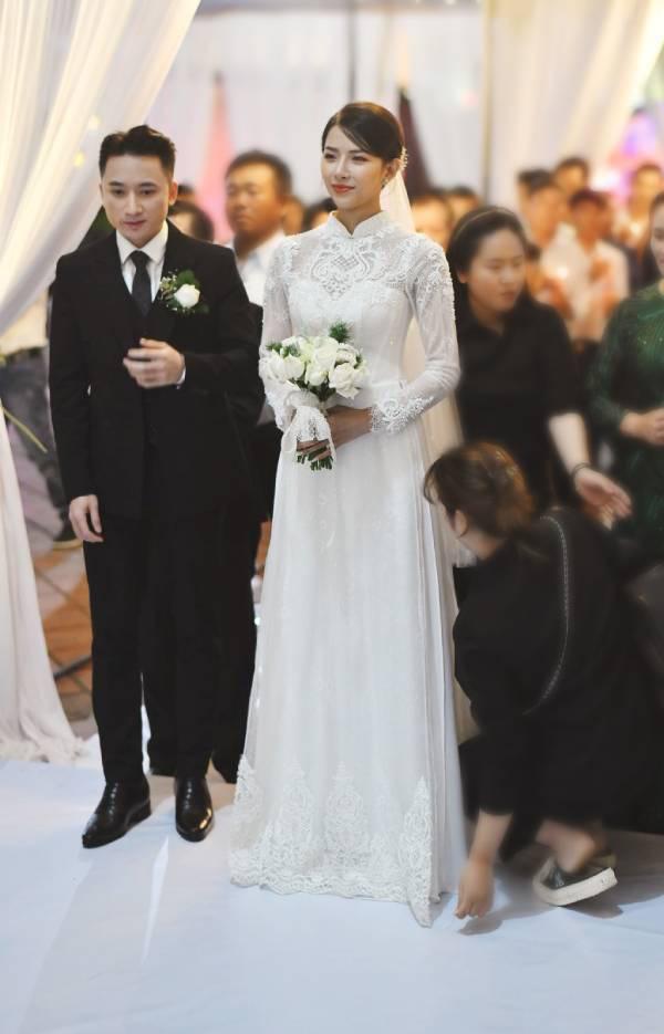 """Nhan sắc vợ hot girl của Phan Mạnh Quỳnh xinh đẹp """"đốn tim"""", hiếm hoi mặc hở bạo"""