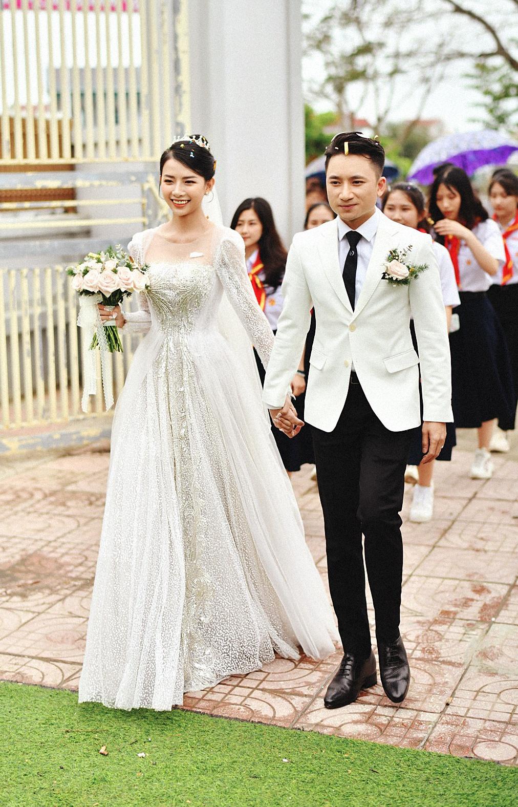 Hot girl đeo vàng nặng trĩu cổ trong lễ cưới với Phan Mạnh Quỳnh