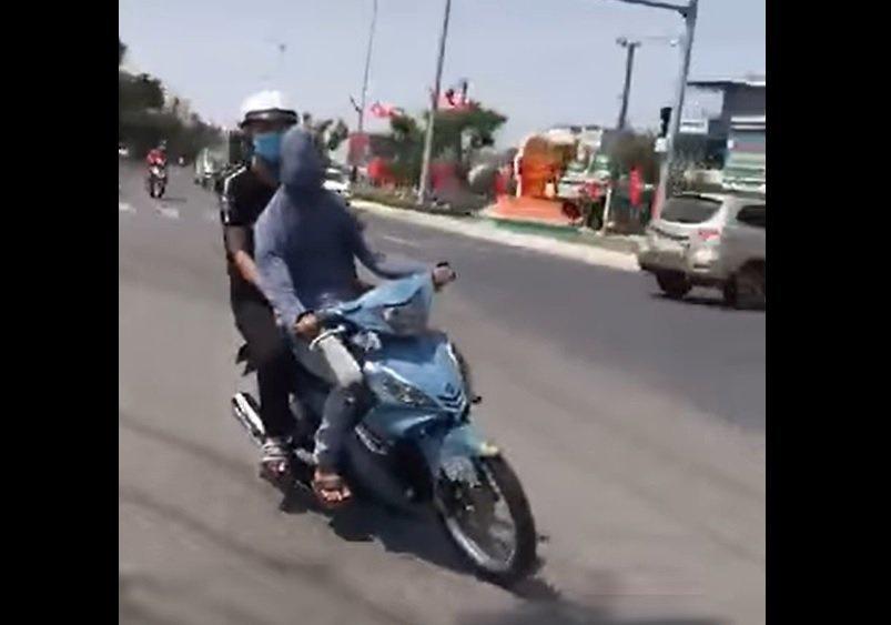 Bắt được 'quái xế' bịt mắt, trùm đầu lái xe máy 'câu view' trên TikTok