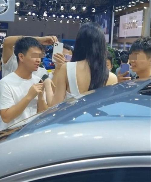 Quá xinh đẹp, người mẫu xe hơi bị fan vây kín chụp ảnh vùng nhạy cảm