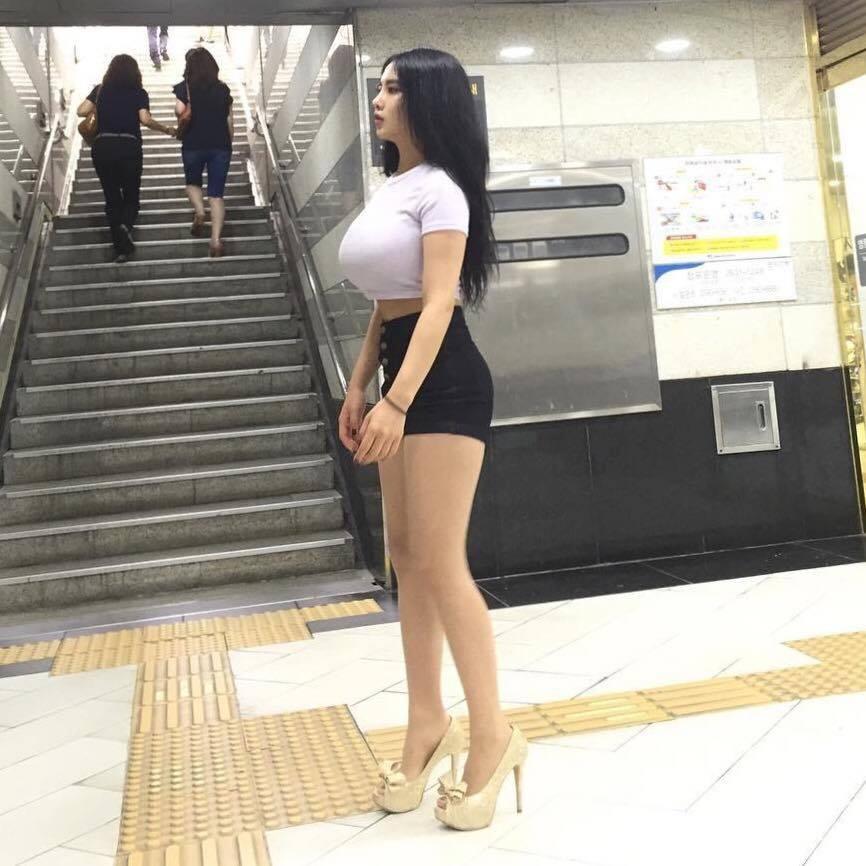 Người mẫu Hàn Quốc gây chú ý vì bức ảnh đứng bắt xe ngoài phố