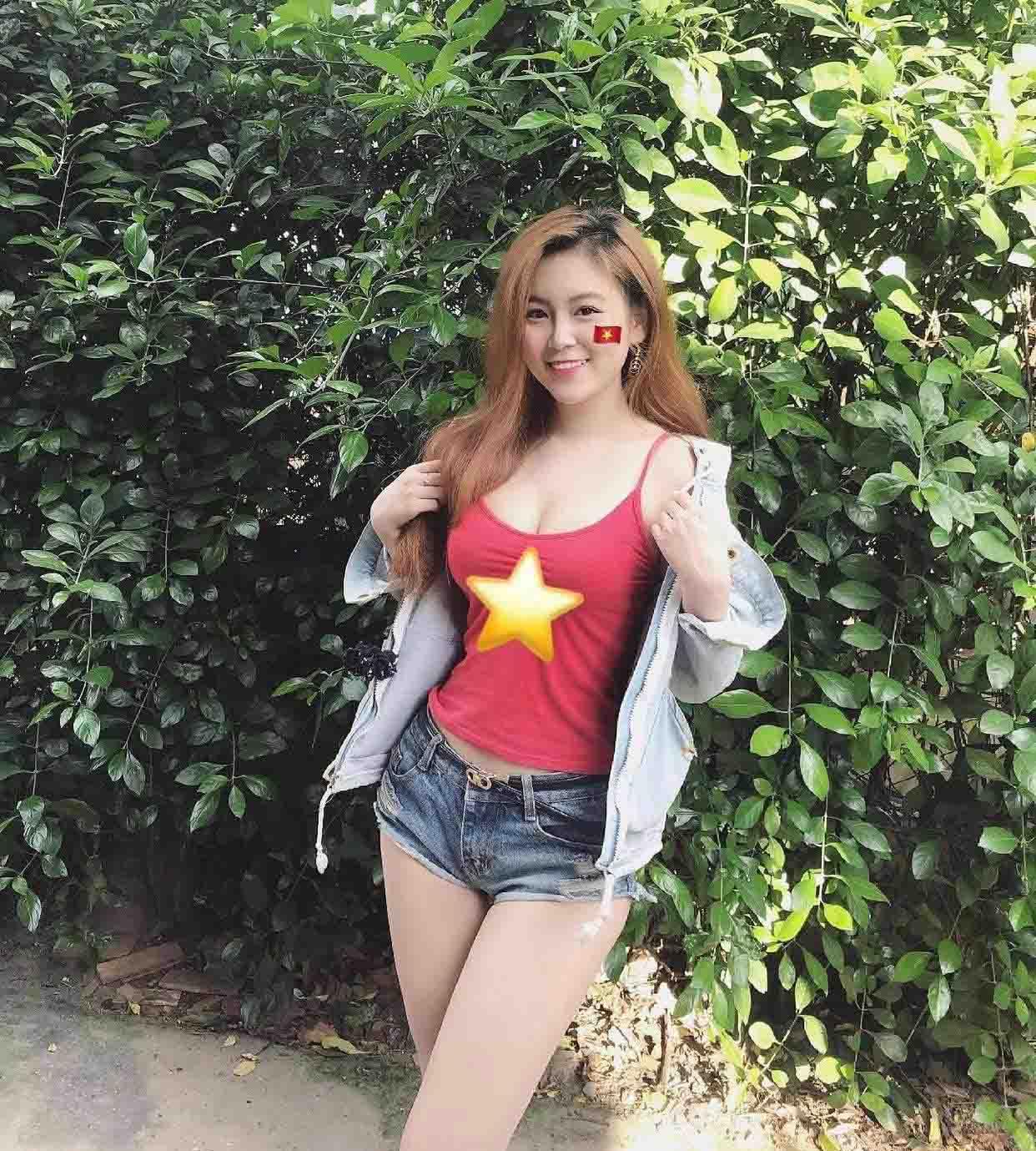 Hot girl Việt mặc trang phục cổ vũ tuyển Việt Nam lọt vòng loại thứ 3 WC 2022
