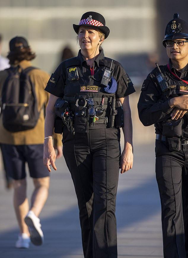 Cựu người mẫu nội y trở thành cảnh sát