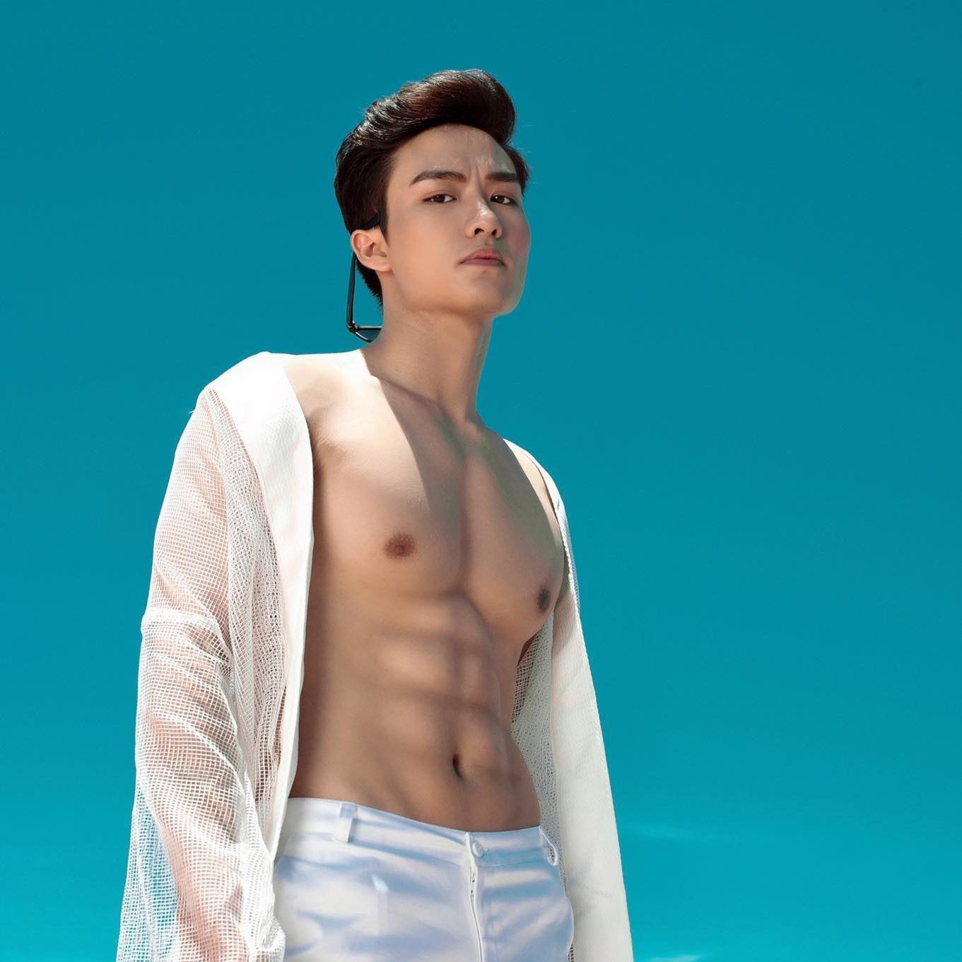 Người mẫu thể hình Việt giữ cơ bụng 6 múi thế nào trong mùa dịch?