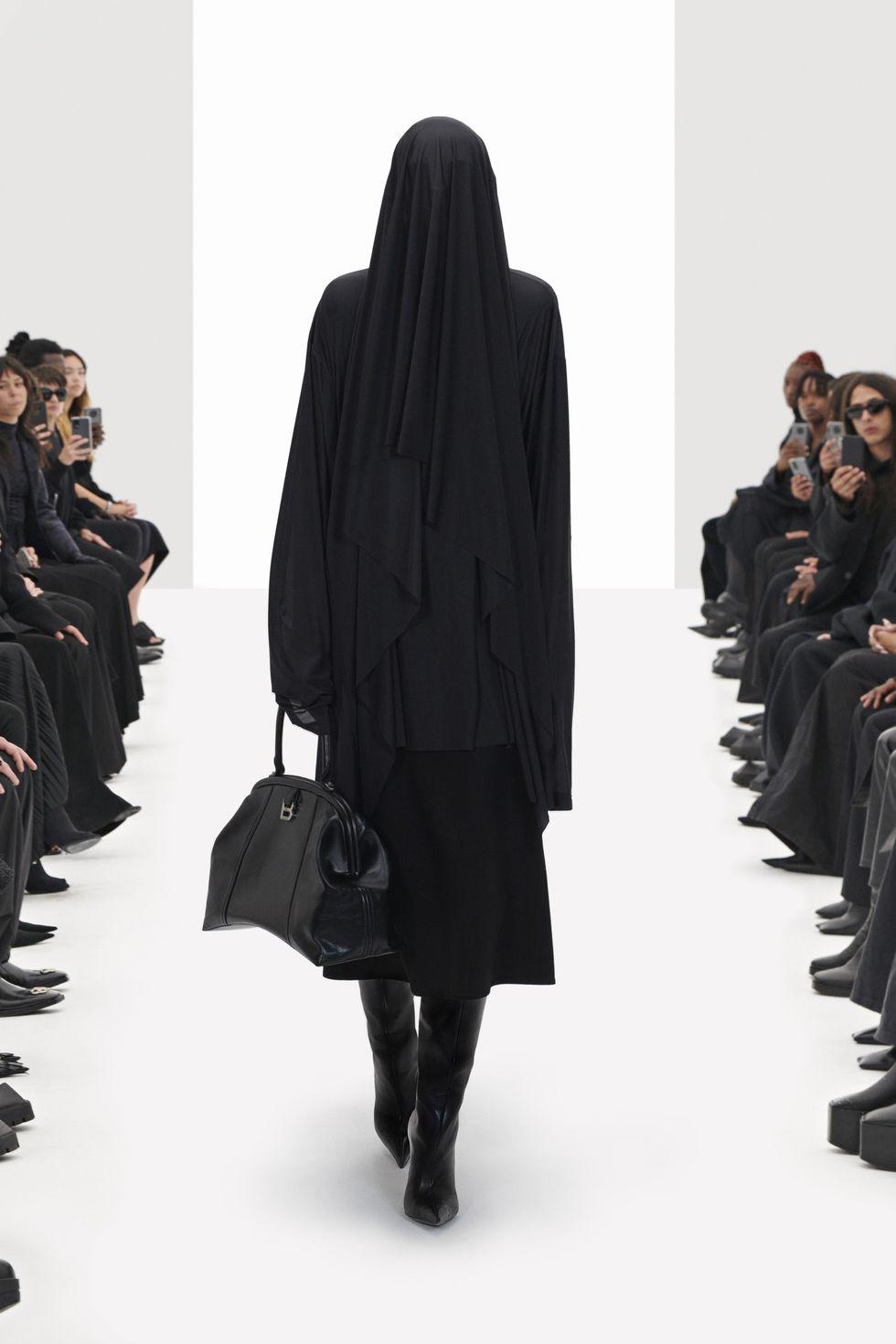 """Balenciaga đưa """"người mẫu ảo"""" lên sàn catwalk"""