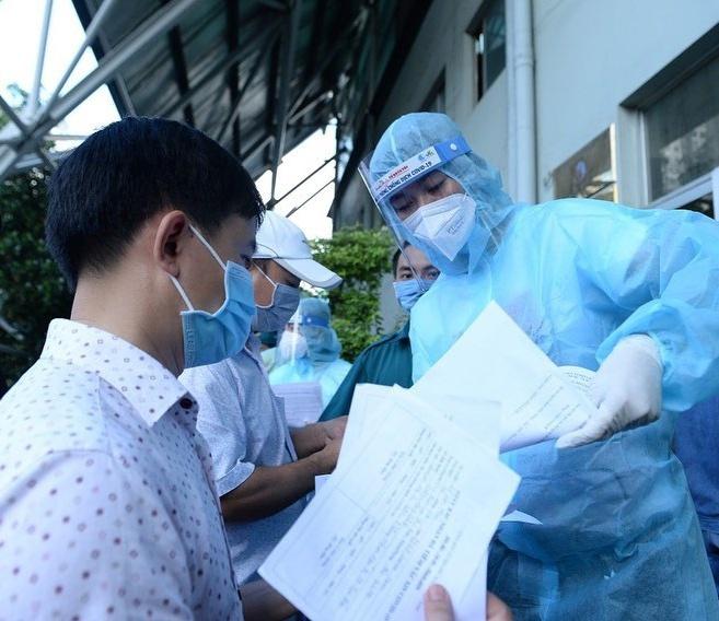Mâu Thủy hỗ trợ tiêm vaccine, Minh Tú quyên góp chống dịch