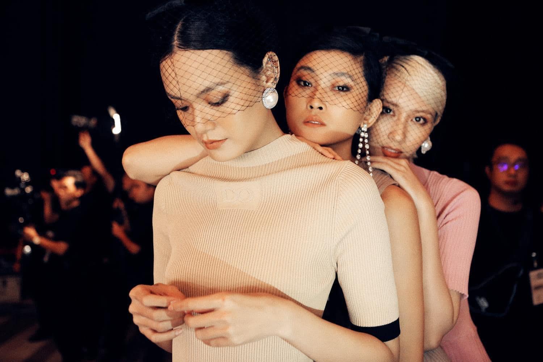 Người mẫu TP.HCM bán hàng online, tự chụp ảnh khi giãn cách xã hội