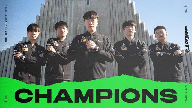 Phải cách ly khi trở về Trung Quốc, các tuyển thủ RNG… bật cả 4G để chơi game, try-hard LMHT với ping 5000