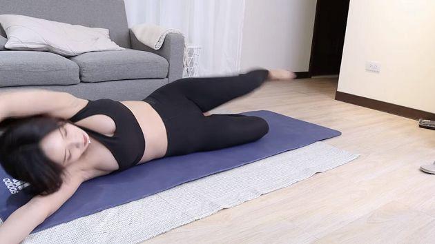 """Ăn mặc trễ nải lên sóng dạy yoga, nữ streamer xinh đẹp ẵm luôn nút vàng YouTube, tự tin """"hở chứ không hớ hênh"""""""
