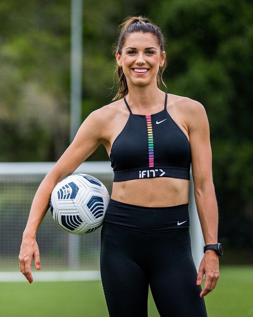 Nữ VĐV bóng đá Olympic được mời làm người mẫu