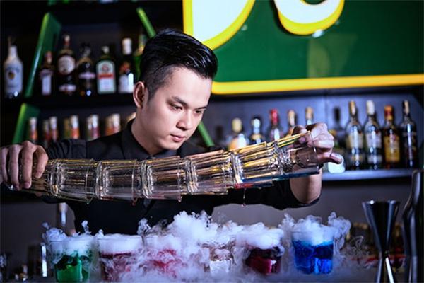Bartender đang biểu diễn (nguồn internet)