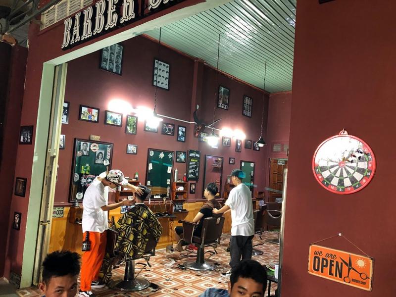 Khi bước vào 82KA Barbershop, đầu tiên bạn sẽ cảm thấy khá mới lạ và độc đáo bởi tiệm được decor theo phong cách và hơi hướng Châu Âu, cổ điển pha lẫn với hiện đại