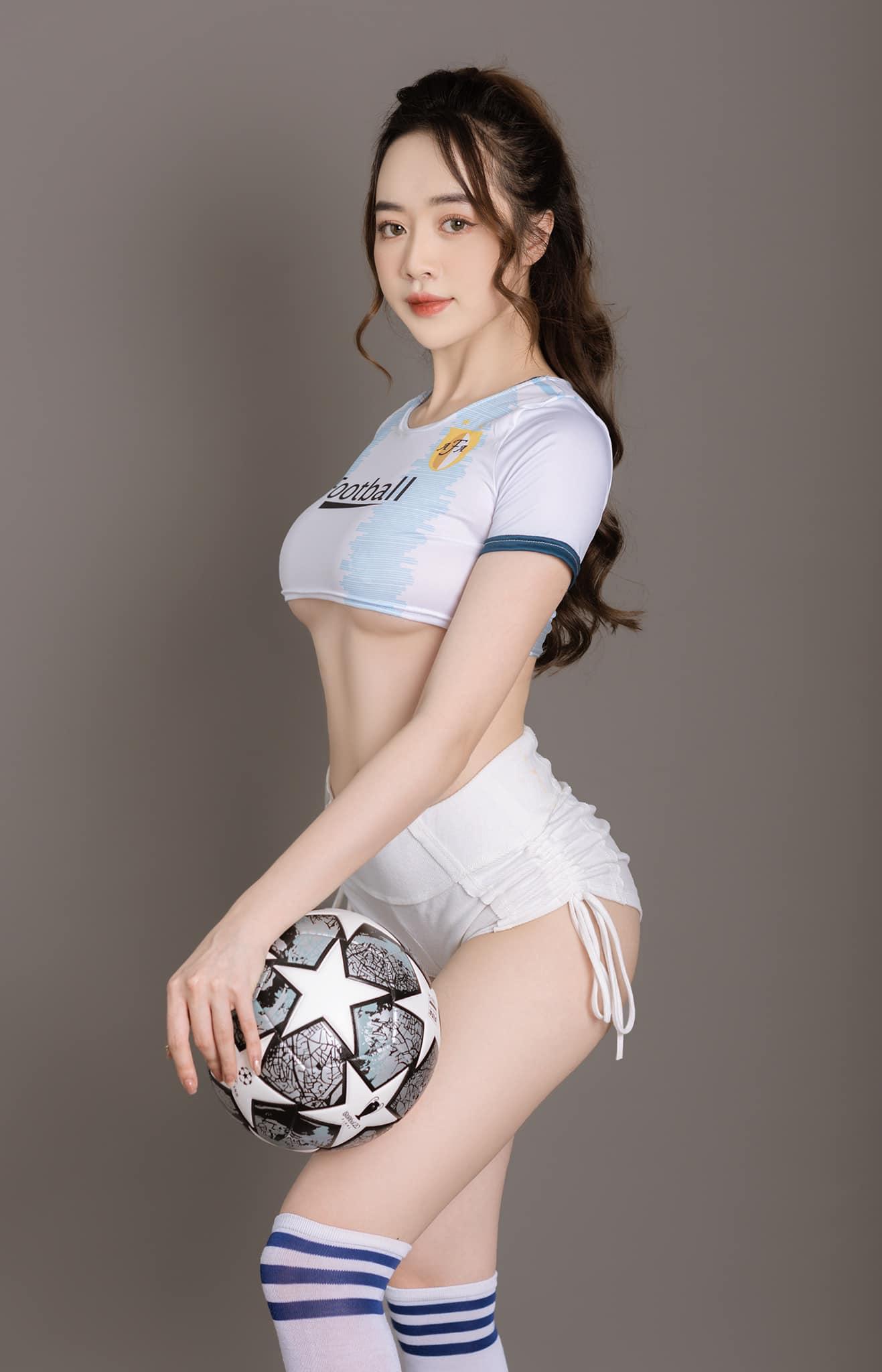"""Hot girl Quảng Ninh mặc trang phục ngắn ủng hộ Euro, nóng bỏng hơn cả """"thánh nữ Mì Gõ"""""""