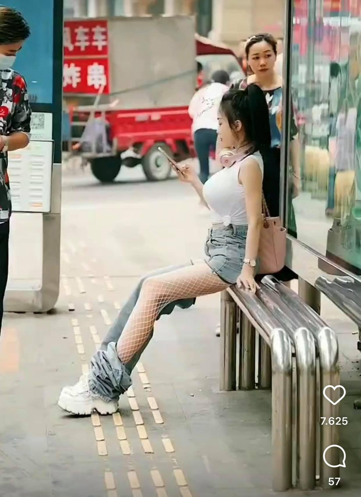 Ngồi chờ xe buýt, hot girl khiến người đi đường nhìn chằm chằm vì chiếc quần kỳ cục