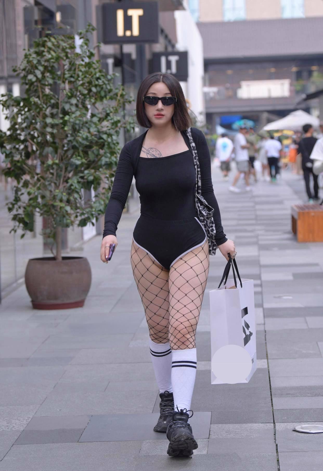 Gu mặc lạc quẻ khó hiểu của hot girl đường phố