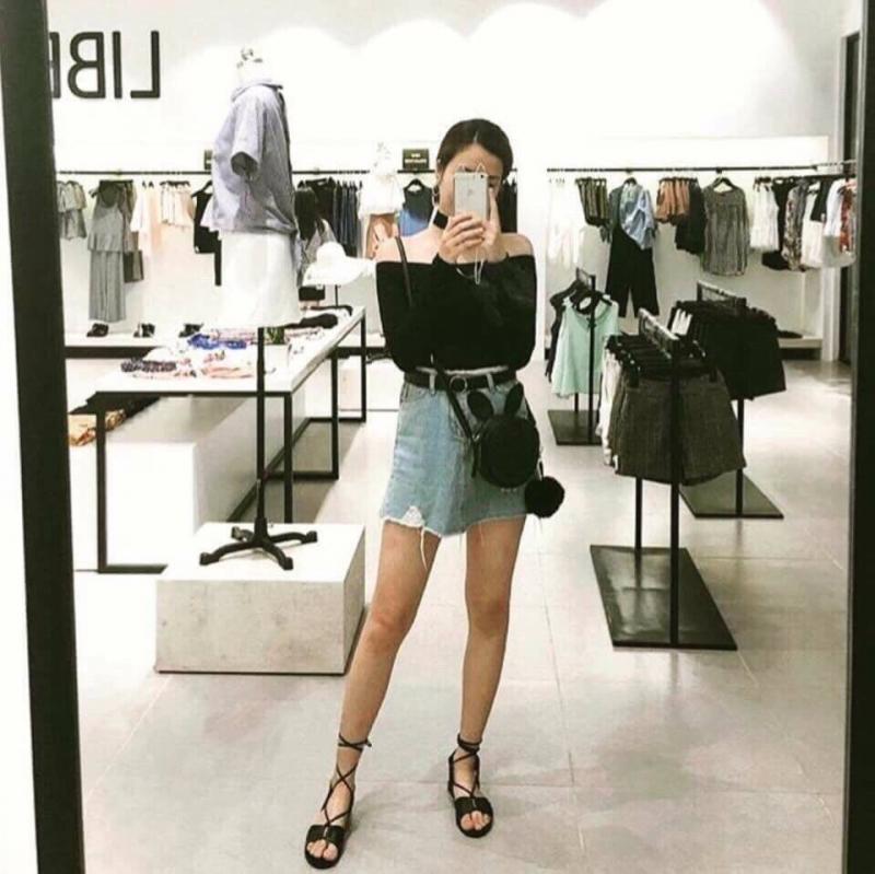 Áo thun dài tay phối cùng chân váy jean