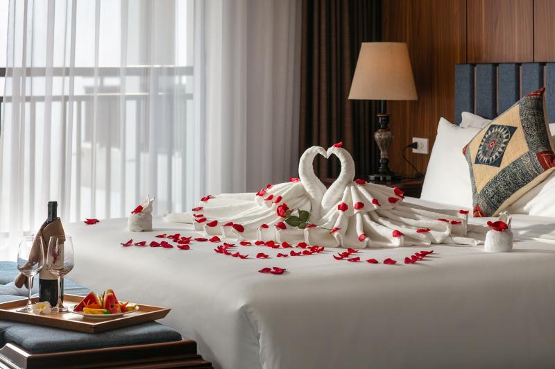 Phòng khách sạn được thiết kế theo lối tinh giản, hiện đại, cảm giác như không gian sống gần gũi