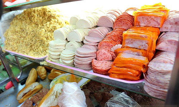 Tủ nguyên vật liệu tại bánh mì Huỳnh Hoa
