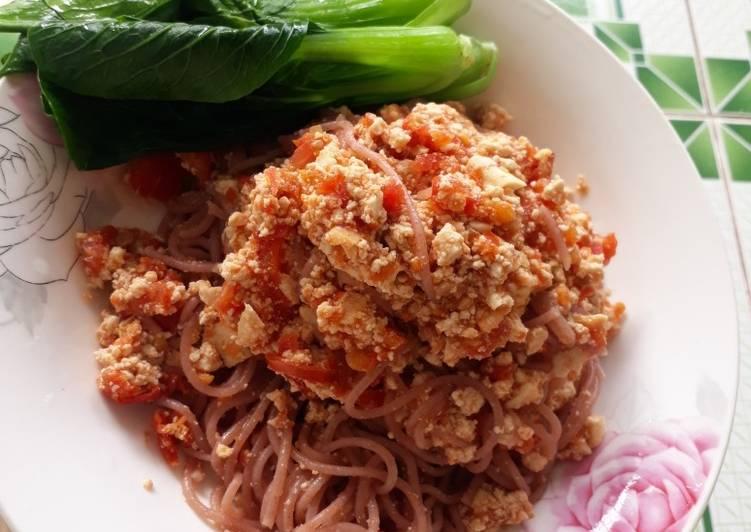 Bún gạo lứt sốt cà chua và ức gà