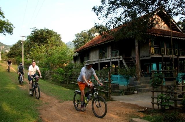 Xe đạp là phương tiện di chuyển ở Mai Châu