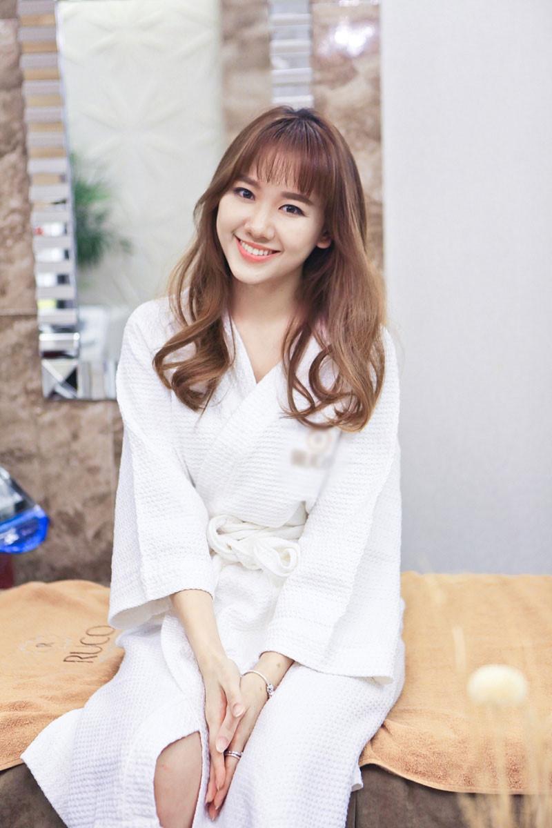 Hari Won giờ đây đã trả lời báo chí rất dễ dàng, cười nhẹ nhàng và duyên dáng hơn, ra dáng một người phụ nữ quý phái và sang trọng