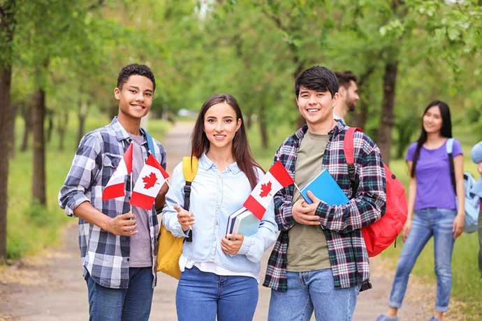 Hầu hết con em của người dân Canada đến trường vào bậc giáo dục tiểu học và trung học được miễn học phí