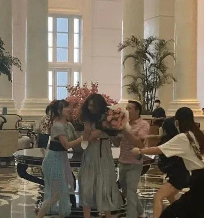 Người mẫu siêu vòng 1 hoảng loạn, trốn chạy khi bị fan cuồng đòi ôm