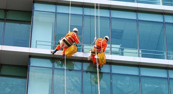 Top 6 Công ty dịch vụ lau kính tòa nhà uy tín và chất lượng nhất TP. HCM