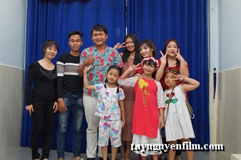 Hình ảnh tập thể của học viên khóa đào tạo diễn viên nhí với giảng viên Thanh Tuấn