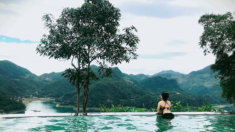 Ngắm trọn khung cảnh núi rừng miền Bắc từ bể bơi vô cực trên cao