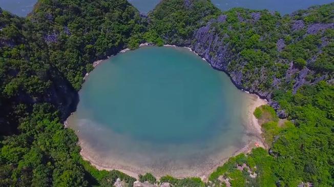 Đặt chân xuống hòn đảo Mắt Rồng, bạn sẽ cảm nhận được sự êm dịu của cát chạy qua kẽ chân và nước biển trong mát