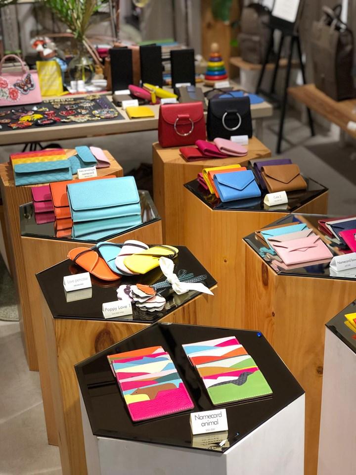 . Mặt hàng ở đây cũng rất phong phú từ những chiếc ví, clutch nhỏ xinh cho đến túi đi làm, balo, túi hành lí và cả những món phụ kiện bằng da