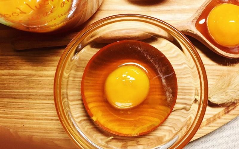 Dùng lòng đỏ trứng gà để thử mật ong ngon