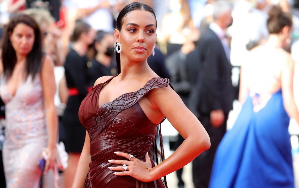 Georgina Rodriguez mặc xẻ cao trên thảm đỏ Cannes