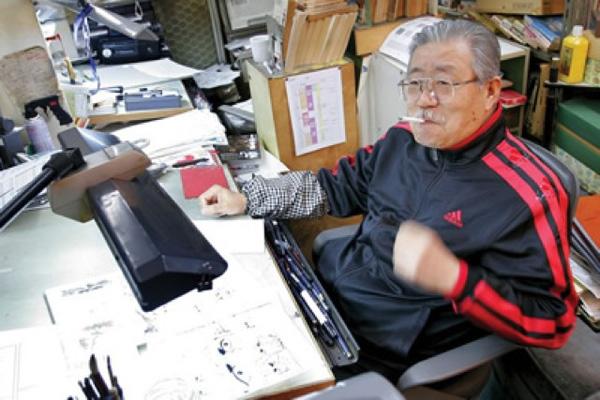 Tác giả takao Saito bên bàn làm việc