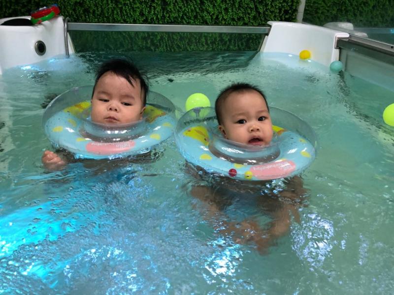 Hai bạn nhỏ đang trải nghiệm dịch vụ Floating tại GoldenKids TimesCity