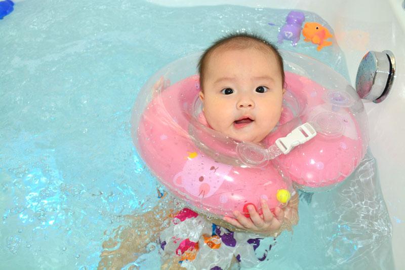 Baby Floating giúp trẻ lưu trữ các phản xạ với nước và vận động