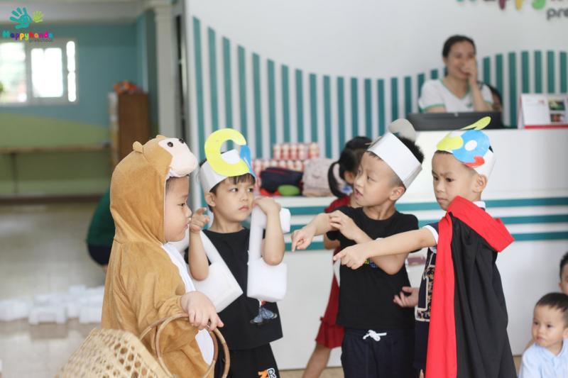Các con chơi đóng kịch tại Happy Hands Montessori School