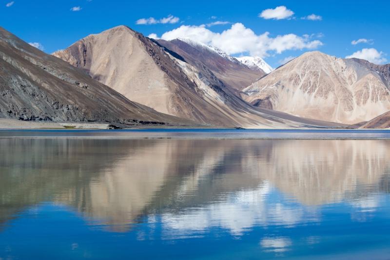 Hồ Pangong Tso nằm ở độ cao 4.350m so với mực nước biển trên dãy Himalayas