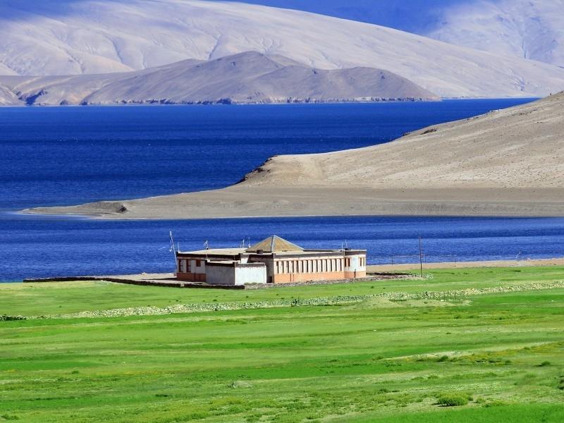 Hồ Tso Kar là hồ muối tự nhiên được bao quanh bởi dãy núi Himalayas hùng vĩ