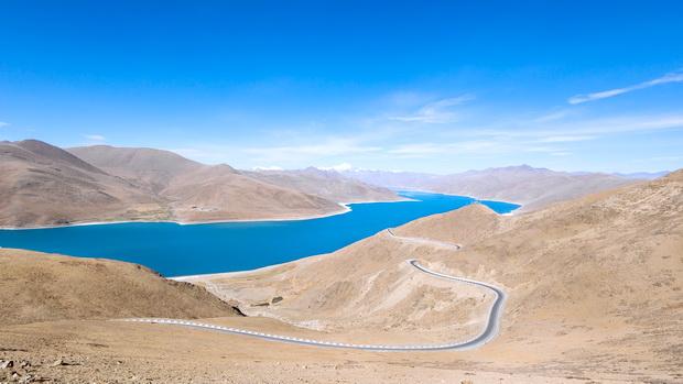 Hồ Yamrok Tso có vẻ đẹp diễm lệ đầy ma mị