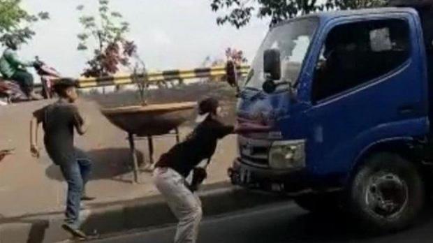 Thiếu niên Indonesia tử vong khi thực hiện thử thách chặn đầu xe tải