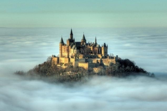Lâu đài Hohenzollern quanh năm mây phủ